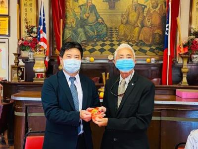 Cultural Center of Taipei Economics and Cultural Offices in Los Angeles Director Chang Hao-Chun visits Lung Kong Tin Yee Association to offer incense