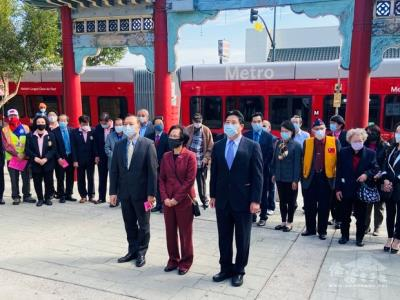 Overseas Chinese Associations lays wreath flowers to commemorate the birthday of the founding father